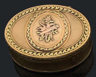 Boîte ovale en or de trois tons, le couvercle...