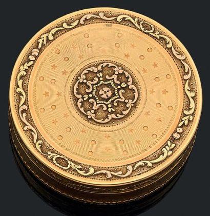 Boîte ronde en ors de trois tons à décor...