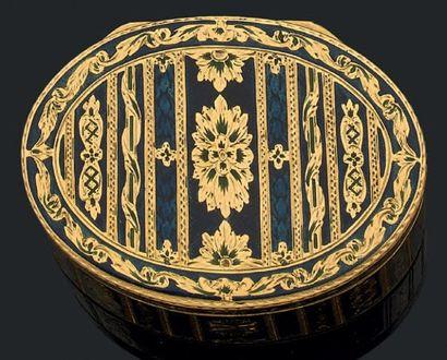 Boîte ovale en or jaune décorée à toutes...