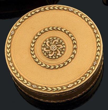 Boîte ronde en or trois tons à décor guilloché...