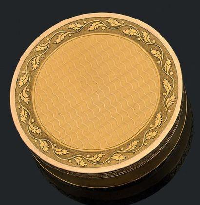 Boîte ronde en or guilloché et gravé de vaguelettes...