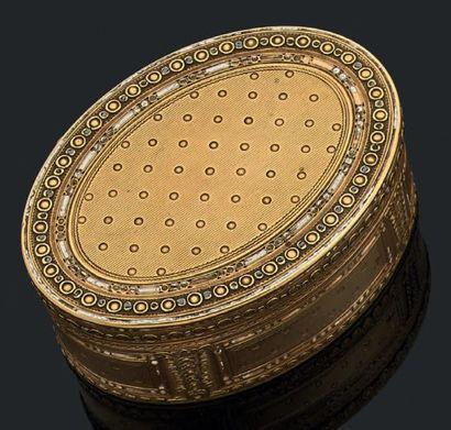 Boîte ovale en or jaune guilloché, soulignée...