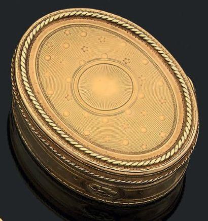 Boîte ovale en ors de deux tons à décor guilloché...
