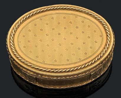 Boîte ovale en or jaune guilloché d'un semis...