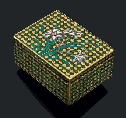 Tabatière en or jaune de forme rectangulaire, guillochée et émaillée vert toutes...