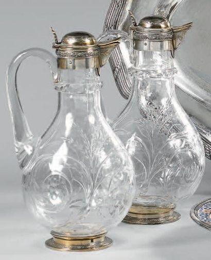 Paire de carafes en cristal taillé, la monture...