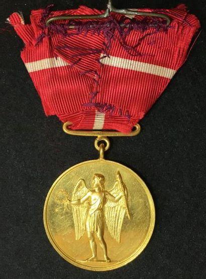 Médaille royale de récompense, créée en 1865, médaille d'or avec anneau au profil...