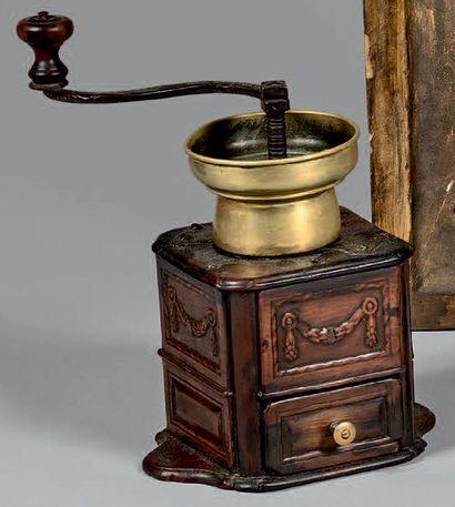 Moulin à café cubique en bois fruitier mouluré...