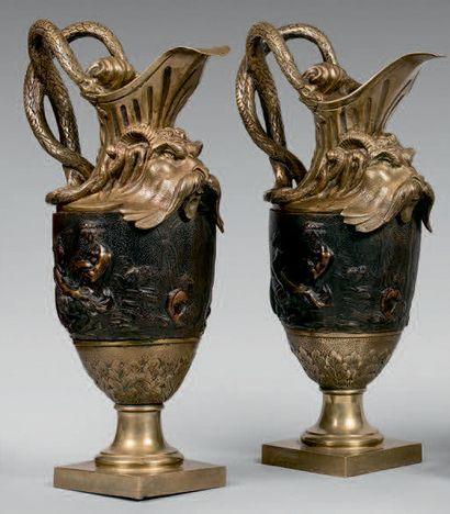 Paire d'aiguières simulées en bronze doré...