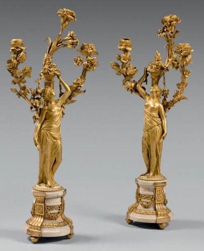 Paire de candélabres en bronze doré, le fût...