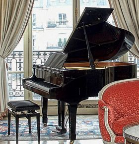 Piano Yamaha demi-queue laqué noir. N° F...