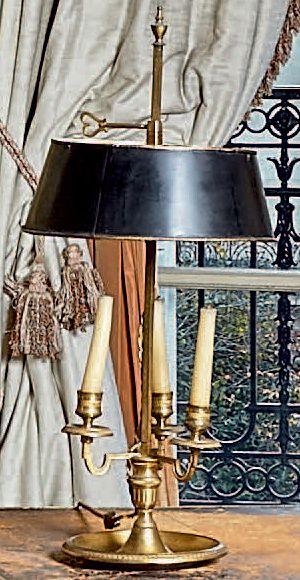 Lampe bouillotte en bronze doré à trois lumières....