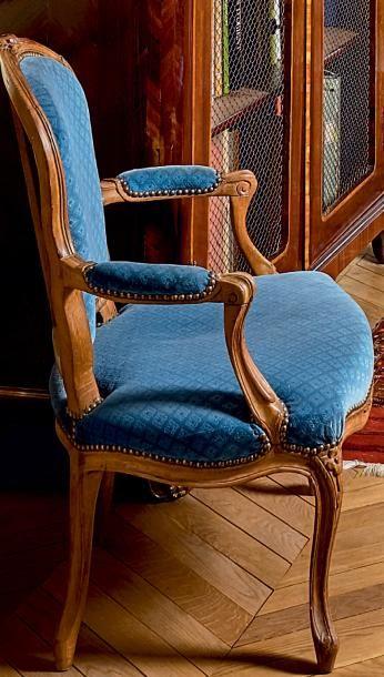 Paire de fauteuils cabriolets en hêtre mouluré...