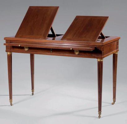 Table rectangulaire en acajou et placage d'acajou à deux chevalets formant liseuse....