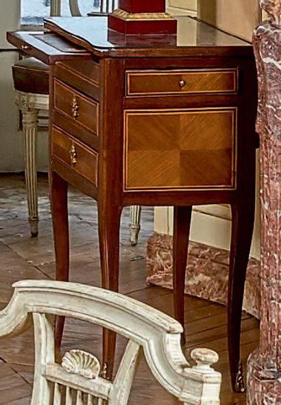 Petite table chiffonnière en placage de bois...