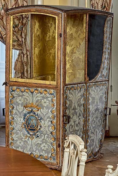 Chaise à porteurs en bois polychrome et doré...