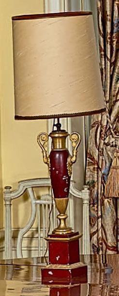 Paire de lampes carcel en tôle relaquée rouge...