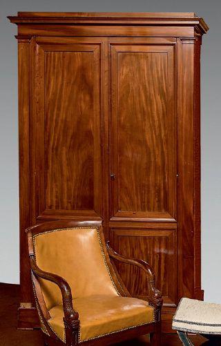 Petite armoire sur plinthe en acajou massif...