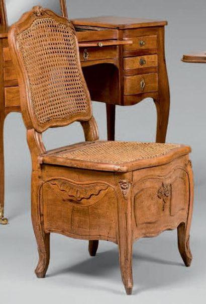 Chaise d'aisance cannée en hêtre sculpté...