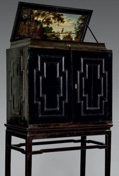 Grand cabinet en placage d'ébène et bois...