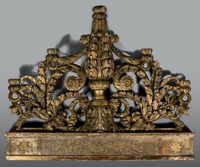 Grand élément décoratif en forme de fronton...