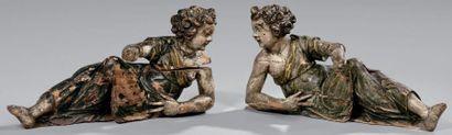 Paire de figures de fronton en bois résineux...