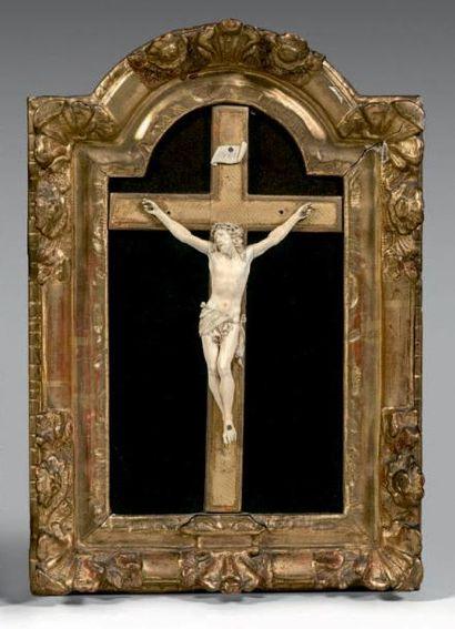 Christ en ivoire, le périzonium retenu par...