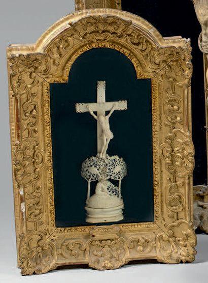 Crucifix sur un tertre feuillagé avec Marie...