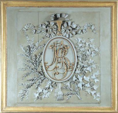 PANNEAU DE BOISERIE en bois relaqué et doré sculpté d'un médaillon monogrammé sur...