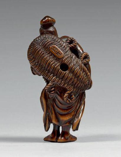 JAPON - Époque Edo (1603-1868), XVIIIe siècle Netsuke en buis, Nyo debout légèrement...