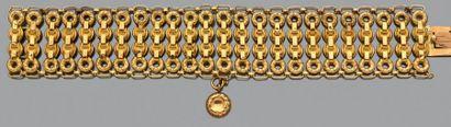 Bracelet large et articulé ajouré en or jaune...