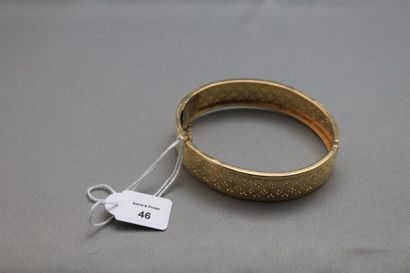 Bracelet rigide ouvrant en or jaune ajouré...