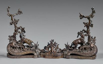Paire de grands chenets et barre de foyer en Bronze désargenté ornés de cerfs broutant...