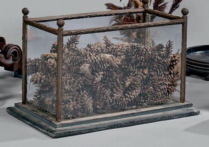 Jardinière aquarium rectangulaire à montants en fonte à l'imitation de branchages....