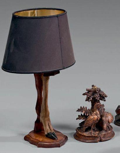 Deux lampes en chêne avec des sabots de daguets....
