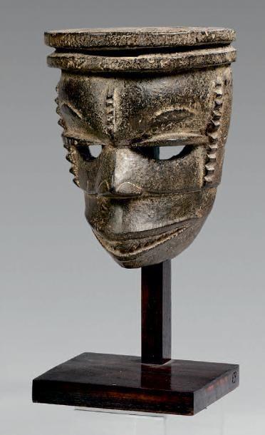 Masque Ogoni, Nigeria. Bois à patine brun...