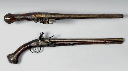 Longue paire de pistolets d'arçon à silex....