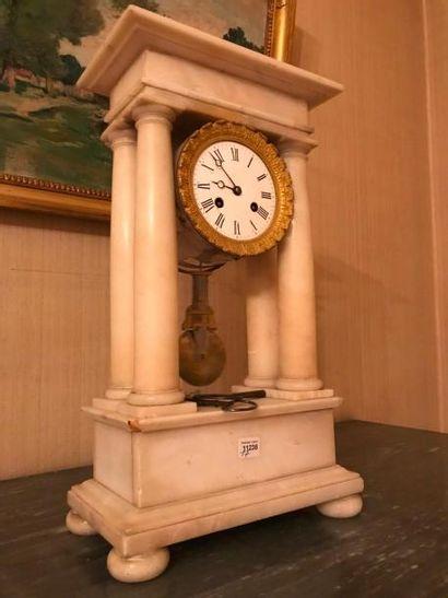 Pendule à colonnes en marbre blanc. XIXème...