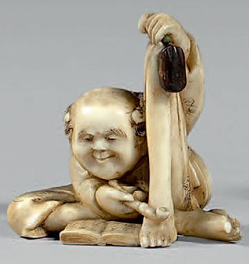 JAPON - Epoque MEIJI (1868-1912) Netsuke en ivoire, Ashinaga assis fumant la pipe...