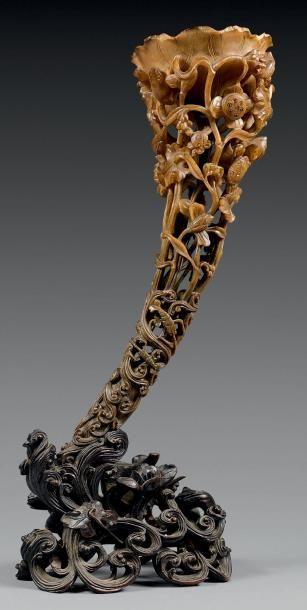 CHINE - XIXe siècle Importante coupe libatoire en corne de rhinocéros sculptée et...