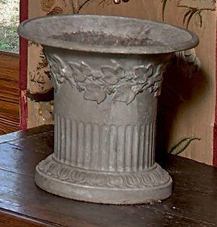 Vase diabolo en fonte peinte orné d'une frise...