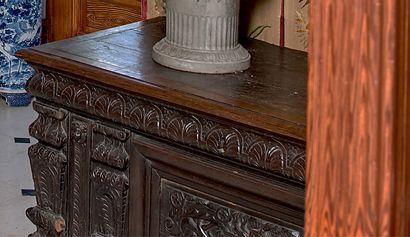 Coffre en chêne mouluré et sculpté de pilastres...