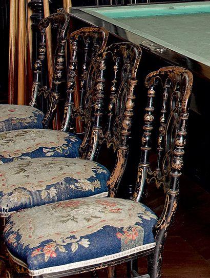 Suite de six chaises légères en bois noirci...