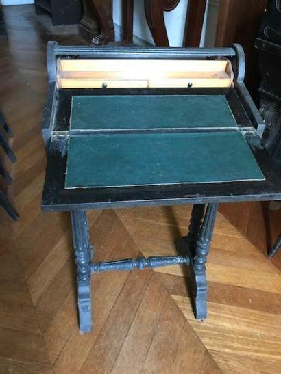 Petit bureau «billet doux» en bois noirci....