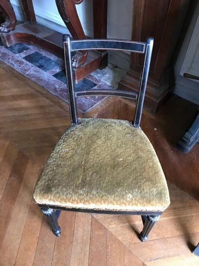 Quatre chaises en bois noirci et filets dorés...