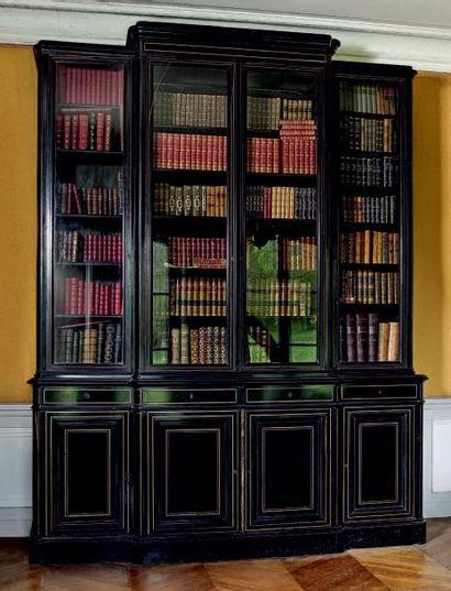 Grande bibliothèque deux corps sur plinthe...