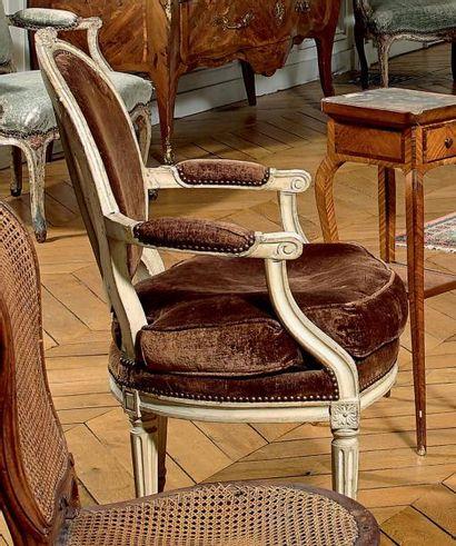 Quatre fauteuils cabriolet à dossier médaillon...