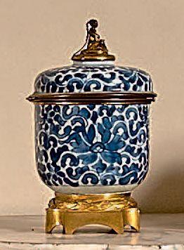 Pot couvert en porcelaine de la Chine à décor...