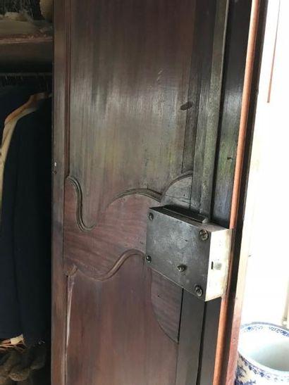 Grande armoire à fronton cintré en acajou...