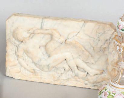 Haut-relief en marbre blanc veiné sculpté d'une scène avec Léda et le cygne. Style...